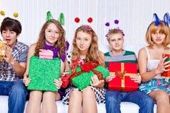 Gladlynt tonåringar med presents Fotografering för Bildbyråer