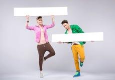 Gladlynt tonåringar som ha på sig färgrik kläder Royaltyfri Foto