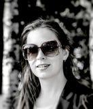 Gladlynt trendigt blont utomhus Royaltyfri Fotografi