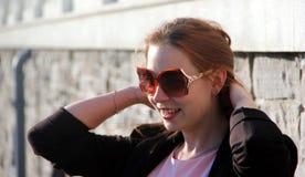 Gladlynt trendigt blont utomhus Royaltyfria Foton