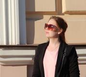 Gladlynt trendigt blont utomhus Fotografering för Bildbyråer