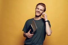 Gladlynt ung affärsman Holding Laptop för stående royaltyfri bild