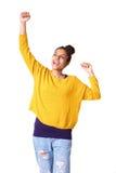 Gladlynt ung afrikansk kvinna med lyftta armar Arkivbilder