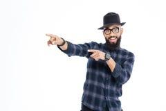Gladlynt ung afrikansk man som bort pekar med båda händer Arkivbild