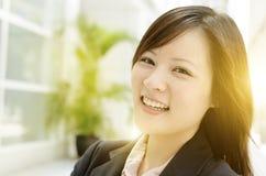Gladlynt ung asiatisk affärskvinna arkivfoton