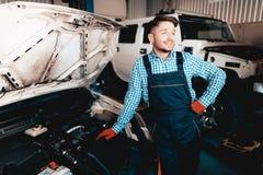 Gladlynt ung auto mekaniker Öppnade Hood Concept arkivbilder