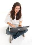Gladlynt ung brunett och bärbar dator Royaltyfria Bilder