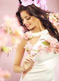 Gladlynt ung dam med blommakronan royaltyfria foton
