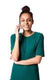 Gladlynt ung dam som talar på hennes mobiltelefon Arkivbild