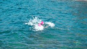 Gladlynt ung flicka i havet arkivfilmer