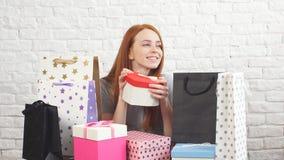 Gladlynt ung flicka som rymmer en julask och ler på kameran stock video