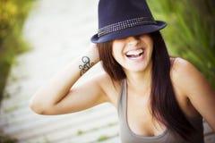 Gladlynt kvinna med hatten arkivbild