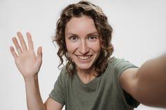 Gladlynt ung kvinna för stående som har video-appell med vänner som skjuter selfie arkivbild