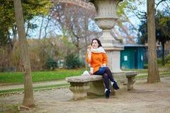 Gladlynt ung kvinna i Paris Arkivfoton
