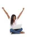 Gladlynt ung kvinna med bärbara datorn som lyfter händer Royaltyfri Fotografi