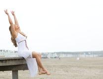 Gladlynt ung kvinna med lyftta armar Arkivbilder