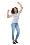 Gladlynt ung kvinna med lyftta armar Arkivfoton