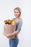 Gladlynt ung kvinna med naturliga organiska produkter royaltyfri foto