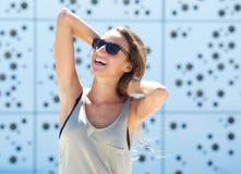 Gladlynt ung kvinna med solglasögon Arkivfoto
