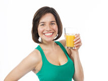 Gladlynt ung kvinna som dricker en orange fruktsaft Royaltyfria Bilder