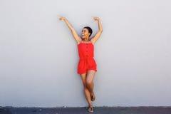 Gladlynt ung kvinna som pekar med lyftta armar Arkivbilder
