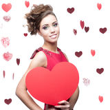 Gladlynt ung kvinna som rymmer röd pappers- hjärta Royaltyfri Foto