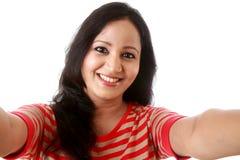 Gladlynt ung kvinna som tar selfie royaltyfri foto