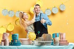 Gladlynt ung kvinna som tvättar hennes pojkväns öron med skum arkivbilder