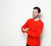 Gladlynt ung man som applåderar händer fotografering för bildbyråer