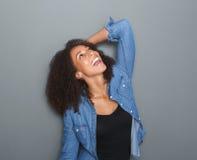 Gladlynt ung svart kvinna arkivfoton