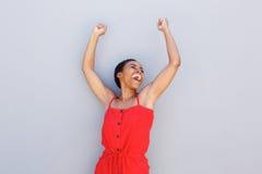 Gladlynt ung svart kvinna med lyftta armar Royaltyfria Foton