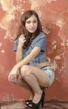 Gladlynt ung tonårig flicka i grov bomullstvillkortslutningar Arkivfoton
