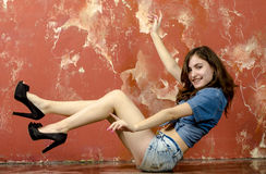 Gladlynt ung tonårig flicka i grov bomullstvillkortslutningar Fotografering för Bildbyråer
