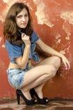 Gladlynt ung tonårig flicka i grov bomullstvillkortslutningar Arkivbild