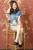 Gladlynt ung tonårig flicka i grov bomullstvillkortslutningar Royaltyfri Foto