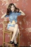 Gladlynt ung tonårig flicka i grov bomullstvillkortslutningar Royaltyfria Bilder