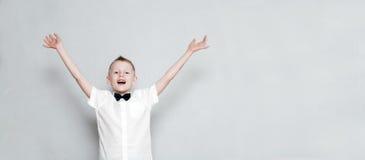 Gladlynt unge med händer upp royaltyfria bilder