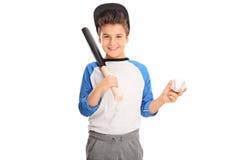 Gladlynt unge som rymmer ett baseballslagträ Fotografering för Bildbyråer