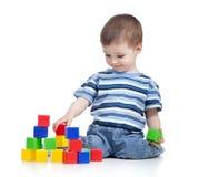 Gladlynt ungepojke med konstruktionsseten Royaltyfri Fotografi