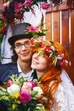 Gladlynt ungt gift par royaltyfria bilder