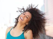 Gladlynt ungt le för afrikansk amerikankvinna arkivfoton