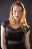 Gladlynt ursnygg modell som bär att posera för elegant klänning Royaltyfria Foton