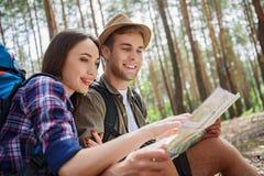 Gladlynta älska par som är klara att resa Fotografering för Bildbyråer