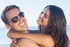 Gladlynta älska par som kramar sig arkivbild