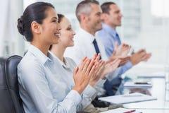 Gladlynta anställda som applausing för presentation royaltyfri foto