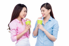 Gladlynta asiatiska kvinnliga vänner som rymmer kaffe, rånar att tycka om en konversation royaltyfri bild