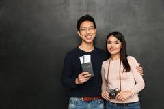 Gladlynta asiatiska par som tillsammans poserar, medan förbereda sig att snubbla Fotografering för Bildbyråer