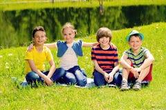 Gladlynta barn parkerar in royaltyfri fotografi