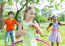 Gladlynta barn som spelar i en parkera Arkivfoton