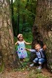 Gladlynta barn som spelar i parkera Royaltyfria Foton